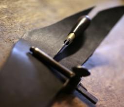 Bourrelière travaillant le cuir